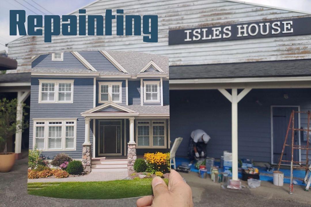 アイルズハウス社屋の再塗装始めました。昨日高圧洗浄して古い塗装もかなり剥げました。先ずはカヴァードポーチ下の壁から手を付けました。手にしているのは参考にしたアメリカの塗料パンフレットです。